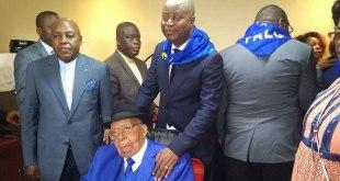 Antoine GIZENGA, président du PALU, avec Adolphe MUZITO tenant ses epaules.