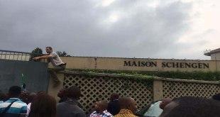 Les RD-Congolais devant la Maison Schengen, Kinshasa.