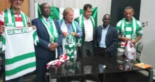 Andrea Agostinelli [au milieu], entraîneur principal de DCMP et ses compatriotes, présentés a la presse.