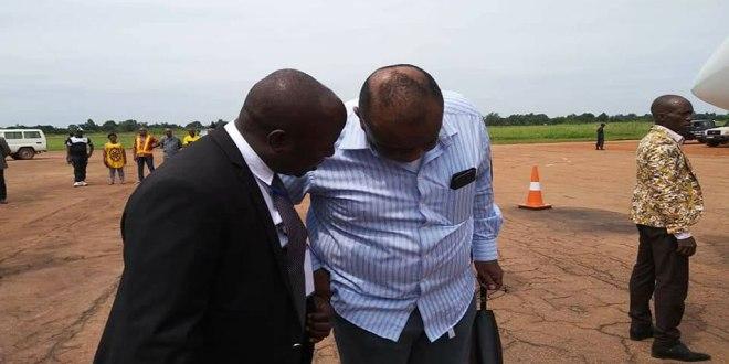 Jean-Pierre BEMBA, en train de parler avec quelqu'un.
