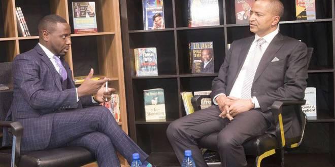 Moise KATUMBI [droite] lors d'un entretien.