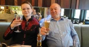 Sergueï et Ioulia Skripal, avec un verre de bière à la main.