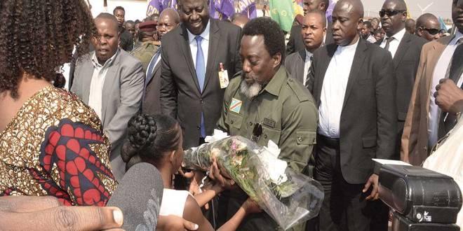 Joseph Kabila accueillit par les enfants [avec bouquet de fleurs] avant le troisième édition de la conférence minière de la RDC.
