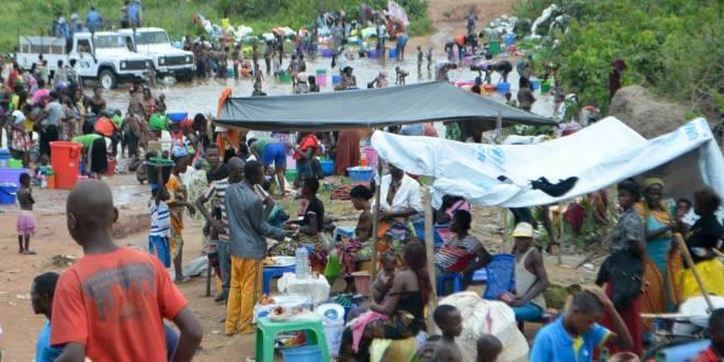 Migrants congolais d'Angola se rassemblent près de la ville frontalière de Kamako, le 12 octobre 2018.
