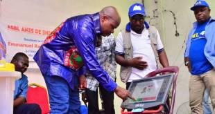 Thomas Luhaka en train d'essayer la machine a voter.