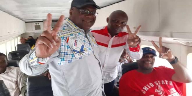 La tandem FatshiVit au bord d'un avion pendant leur campagne électorale.