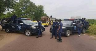 La Police [de Joseph KABILA] bloque la route au cortège de Martin FAYULU MADIDI dit Mafa, à Maluku.