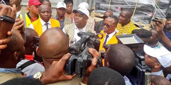 Corneille NANGAA, president de la CENI-RDC, entoure des journalistes, réceptionnant les MAV.