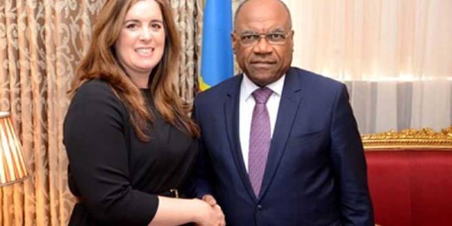Poignée de main entre Elizabeth Fitesimmons, sous-secrétaire d'Etat adjointe américain aux Affaires africaines et Léonard She Okitundu, Vice-premier ministre et ministre des Affaires étrangères.