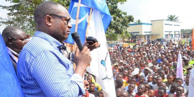 Delly Sesanga, politicien congolais, devant la population de la ville de Kananga.
