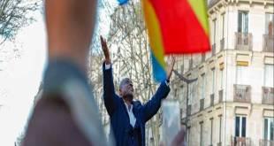 Martin FAYULU MADIDI [les mains en l'air] a Paris lors d'un meeting.