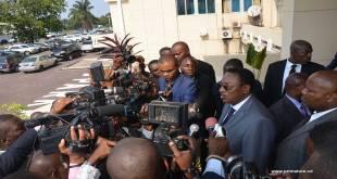 Bruno Tshibala [PM de la RDC entouré des journalistes] après avoir déposé un projet de budget de 10.352,3 milliards de Francs congolais a la Assemblée nationale.