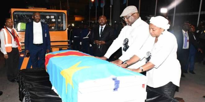 Fatshi - chemise blanche avec béret - recueillement devant le cercueil de son Père, Etienne Tshisekedi Wa Mulumba.