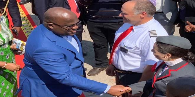 Fatshi, President de la RDC, salue un pilote avant de monter à bord.