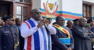 Fatshi, President de la RDC en train de parler, en tenant un micro entre ses mains.