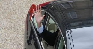 Chauqes CHIRAC dit au revoir aux gens en sortant de l'Élysée à la fin de son mandat présidentiel.