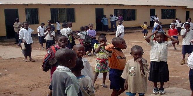 Les élèves dans la cour d'une école en RDC.