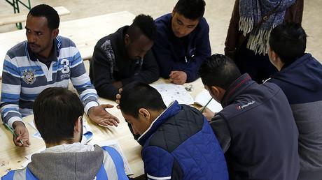 Des migrants discutent dans un centre de réfugiés à Thoune en Suisse
