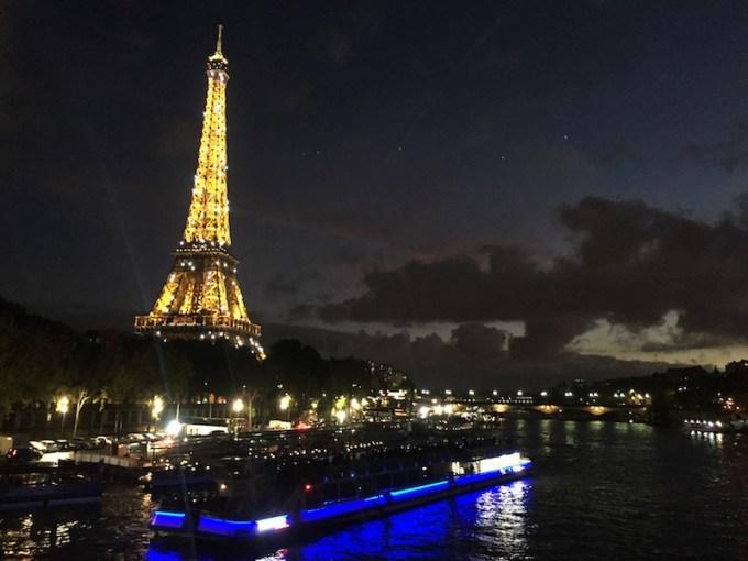 Bateau Mouche à Paris à la tombée de la nuit