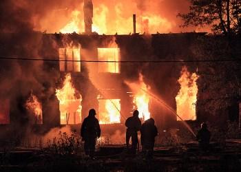Au Haut-Karabakh, les Arméniens brûlent leurs maisons avant de partir