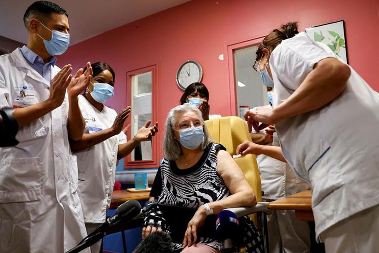 La première femme à être vaccinée en France, se dit «très émue»