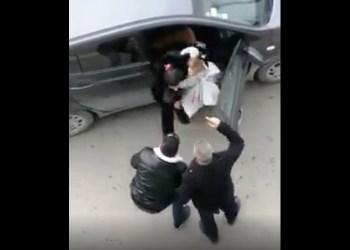 Un couple avec un bébé, arrêté violemment par des policiers sous l'œil d'une caméra