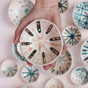 Un bol en céramique fait main avec des accents pastel fabriqué par l'artiste montréalaise Cybele B. Pilon