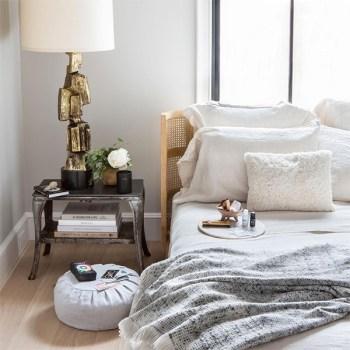 Une chambre au décor éclectique et zen réalisée avec des objets trouvés sur Goop