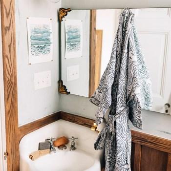 Une salle de bain avec une robe de bain issue de commerce équitable par Ten Thousand Villages
