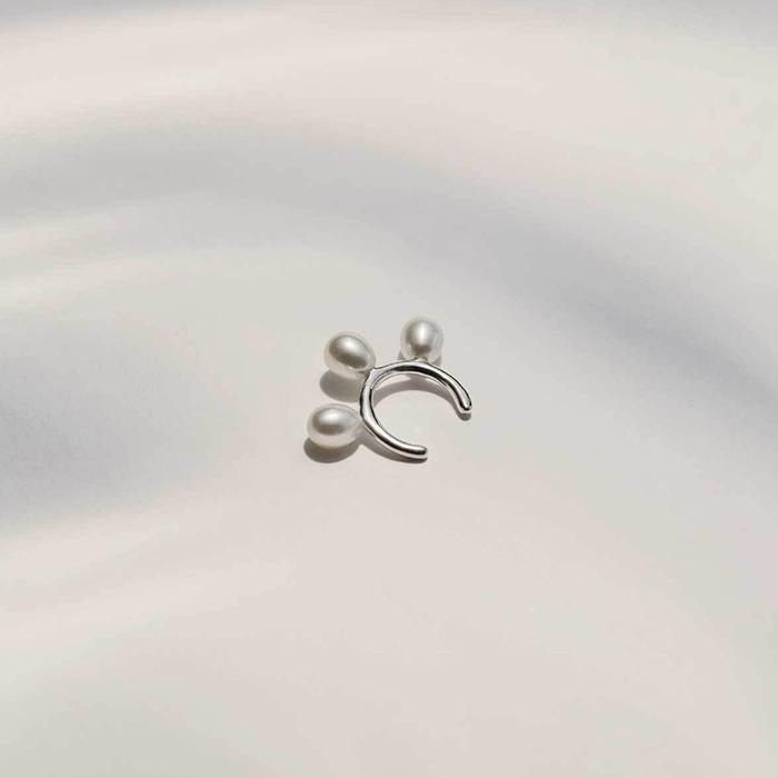 Cuff pour l'oreille en argent et perles d'eau douce par L'Amoureuse
