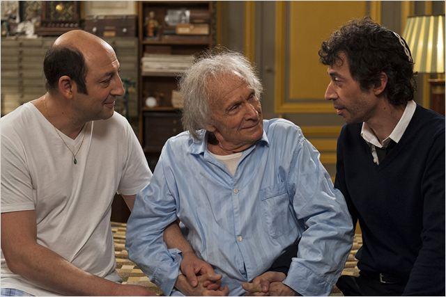 Aron (Ivry Gitlis), un père qui essaie de conserver le lien fraternel entre ses deux fils Roni (Kad Merad) et Zef (Eric Elmosnino)