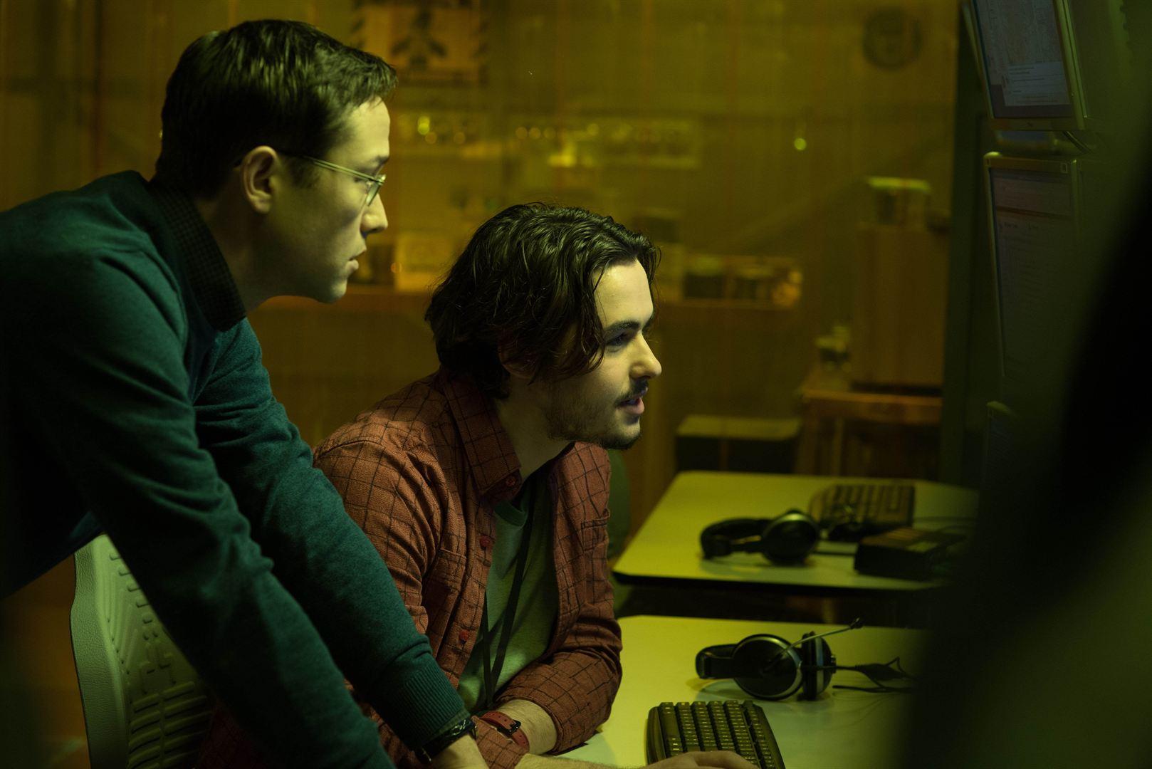 Edward Snowden (Joseph Gordon-Levitt) et Gabriel So (Ben Schnetzer)