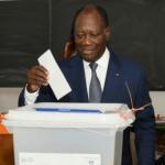 Alassane Ouattara dépose son bulletin dans l'urne