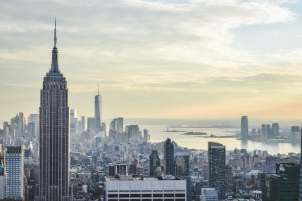 na pierwszym planie Empire State Building, inny wysoki budynek daleko w tle to One World Trade Center