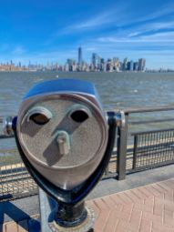 025 panorama Nowego Jorku widziana z Liberty Island