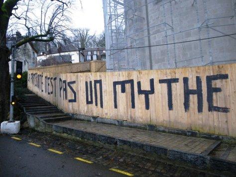 la fraternité n'est pas un mythe - graff - besancon - dec 2012 (3)