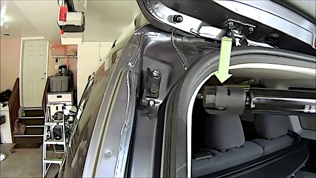 Gas strut/Gas Spring installation clip location