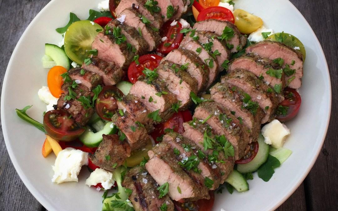 Grillad lammfilé marinerad i vitlök och örter med bl a ugnsrostad färskpotatis och en sallad med nektarin och getost.