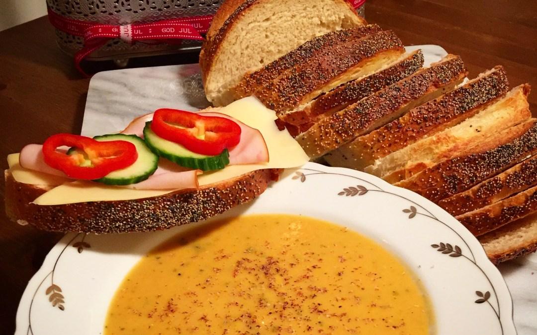 Juligt kryddad soppa på butternutpumpa och sötpotatis.