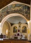 Bildet over inngangen til koret viser velsignelsen av det kubanske flagget under den første uavhengighetskrigen.