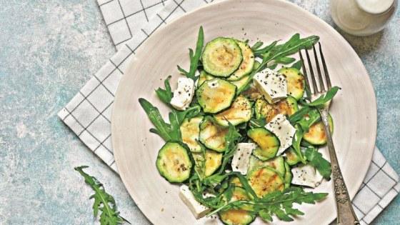 Рецепт дня: Салат из кабачков и брынзы