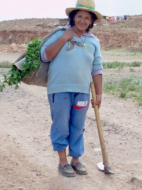 Nuevo Santiago lady with her shoulder harvest bag, Peru