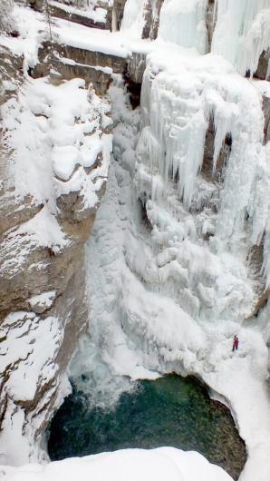 ice climbing in johnston canyon - banff 8