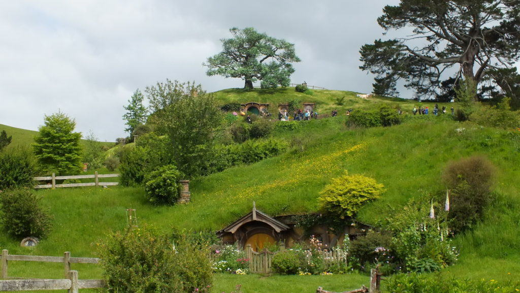 hobbit-holes-in-the-rolling-hills-at-hobbiton-movie-set-in-matamata-new-zealand