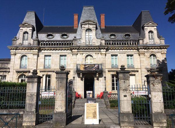 Désormais l'ancienne sous-préfecture de Nérac abrite des expositions grâce à l'association William Blake.