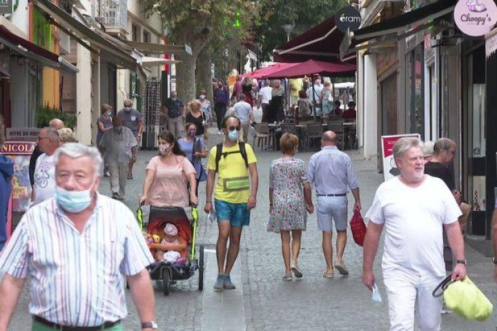 Une rue fréquentée d'Antibes au lendemain de l'entrée en vigueur de l'arrêté sur le port du masque obligatoire dans l'espace public.