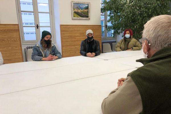 Julien Doré, à gauche, et les bénévoles du Secours populaire échangent avec le maire de Saint-Martin-Vésubie.