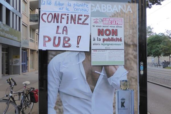 The association displays militant leaflets against advertising in the streets of Dijon