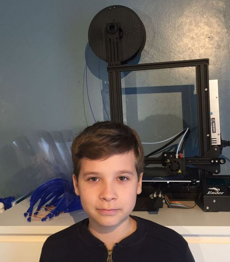 Killian, 12, had a 3D printer just a month ago. He equips the gendarmes of Lodève with protective visors - April 2020 / © G. Ladoumengue