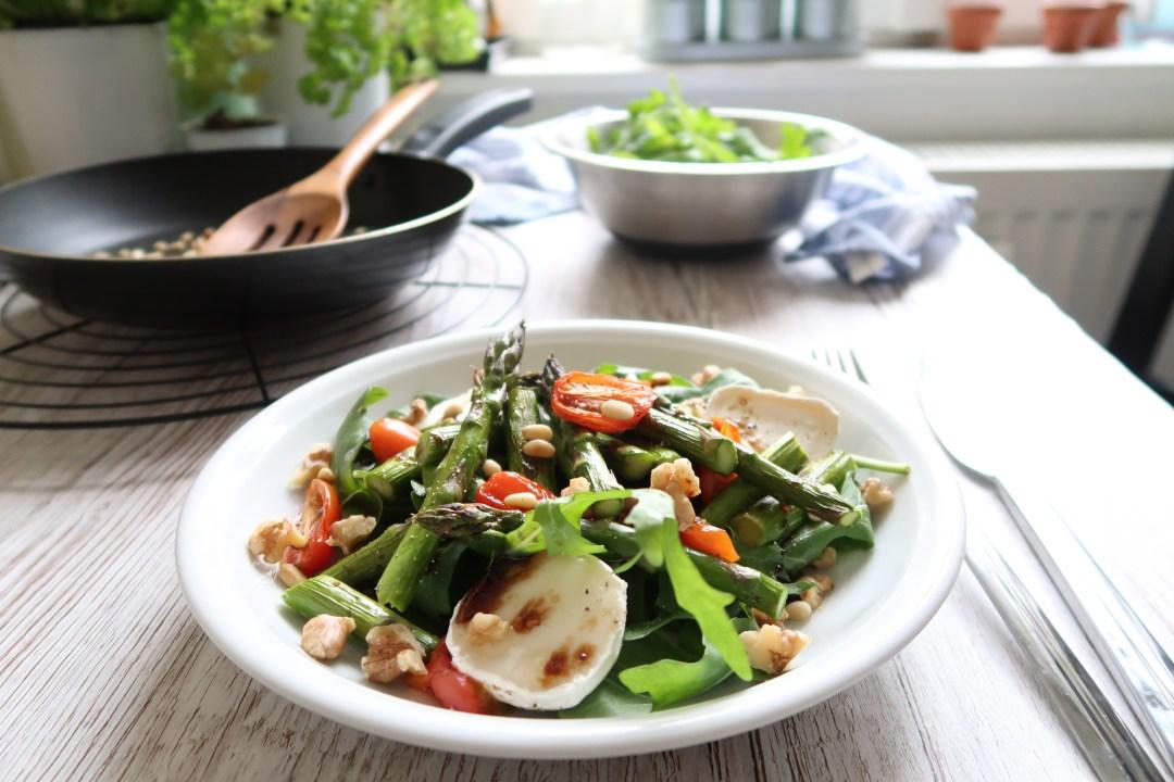 Spargel Salat mit Ziegenkäse und Nüssen